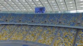 飞行在巨大的现代空的体育场里面 股票视频