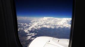 飞行在平面航空器的云彩 库存照片