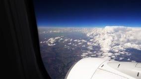 飞行在平面航空器的云彩 免版税库存图片