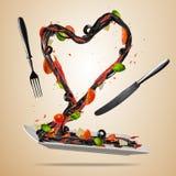 飞行在心脏形状的意大利食物的概念 免版税库存图片