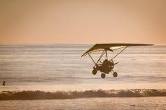飞行在悬挂式滑翔在主海滩,哥斯达黎加 库存照片
