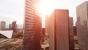 飞行在摩天大楼之间 影视素材