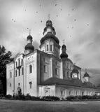 飞行在教会附近的鸟 图库摄影