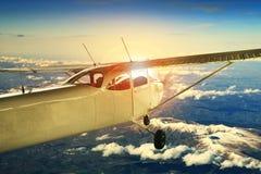 飞行在旅行的题材的高山的螺旋桨推进式飞机 图库摄影