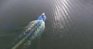 飞行在有小船全景的美丽的河 股票录像