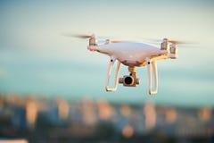 飞行在有数字照相机的晚上城市的寄生虫 免版税库存照片