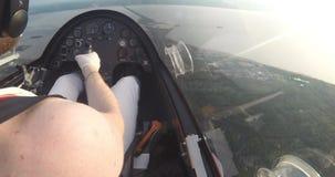 飞行在有河的城市的旋翼机 影视素材