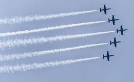 飞行在杂技形成的5架飞机 免版税库存照片
