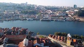 飞行在杜罗河河和Ribeira,波尔图,葡萄牙 鸟瞰图老市中心屋顶  股票视频