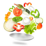 飞行在板材的被分类的新鲜蔬菜 免版税库存图片