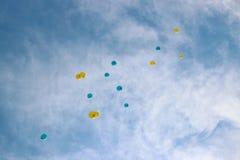 飞行在欢乐党的五颜六色的气球 免版税库存照片