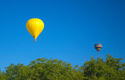 飞行在欢乐党的五颜六色的气球 图库摄影