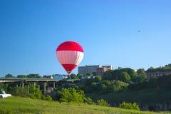 飞行在欢乐党的五颜六色的气球 免版税库存图片