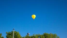 飞行在欢乐党的五颜六色的气球 库存照片