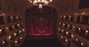 飞行在歌剧院里面 打开照明 股票录像