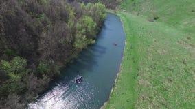 飞行在河,岩石 影视素材