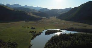 飞行在河 阿尔泰,西伯利亚的山 Kurai干草原