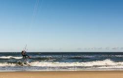 飞行在波浪的Kiteboarder 库存照片
