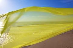 飞行在海的黄色组织 免版税库存照片