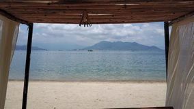 飞行在海滩的海帐篷上 股票录像
