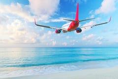 飞行在海滩的航空器 免版税库存照片