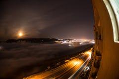飞行在深夜期间覆盖与月光 虚度上升在与夜城市光的云彩 自然长的快门照片 Sel 图库摄影