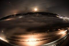 飞行在深夜期间覆盖与月光 虚度上升在与夜城市光的云彩 自然长的快门照片 Sel 库存照片