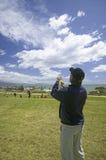 飞行在深蓝天的一个人一只风筝 免版税库存图片