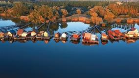 飞行在渔房子排行在湖岸,匈牙利 股票录像