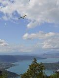 飞行在湖上的三角翼 免版税库存照片
