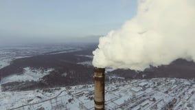 飞行在热能天线的生产的大管子植物 工厂惊人的空中跨线桥  股票视频