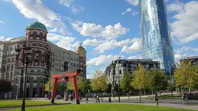 飞行在现代商业中心,绿色城市公园的蓝天的白色云彩 股票录像