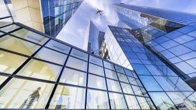飞行在现代大厦 库存照片