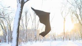 飞行在白色雪的黑围巾 股票视频