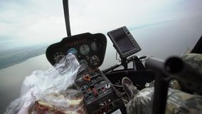 飞行在直升机 股票视频