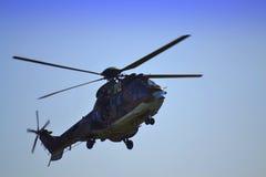 飞行在看法下的直升机武装直升机 免版税图库摄影