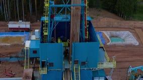 飞行在石油钻井塔石油 影视素材