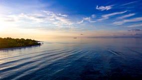 飞行在礁石海岛在马尔代夫 库存图片