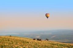 飞行在秋天风景的五颜六色的热空气气球 免版税库存图片