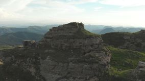 飞行在站立在一个岩石高原的史诗边缘的脚的大岩层附近 俄国 高加索横向山北部全景 股票视频