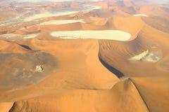 飞行在纳米比亚沙漠 免版税库存图片