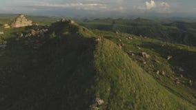 飞行在绿色领域中的大岩层 俄国 从寄生虫的北高加索录影 股票录像