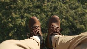飞行在美丽的林木 空中摄影机射击和人的腿有蓝色运动鞋的在框架 风景 股票视频