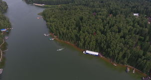飞行在美丽的河空中摄影机射击了全景 股票视频