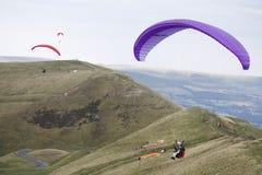 飞行在英国的小组滑翔伞 库存图片