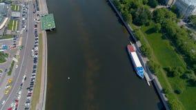 飞行在莫斯科河在中央莫斯科 股票录像