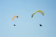 飞行在蓝天的两个滑翔伞 库存照片