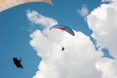 飞行在蓝天的两个滑翔伞 图库摄影