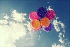 飞行在蓝天的五颜六色的气球 免版税图库摄影