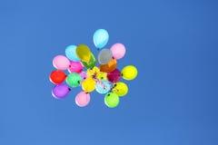 飞行在蓝天的多彩多姿的气球 免版税库存图片